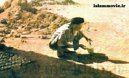 عکس ناب و منتشر نشده از امام خمینی (ره) در حال وضو گرفتن مرز کویت