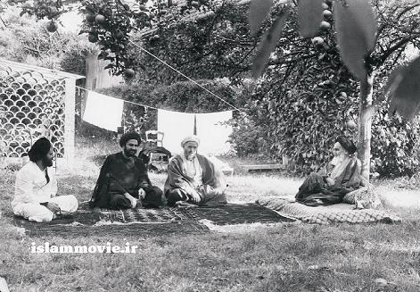 عکس جالب منتشر نشده از امام خمینی (ره) و همراهان در پاریس