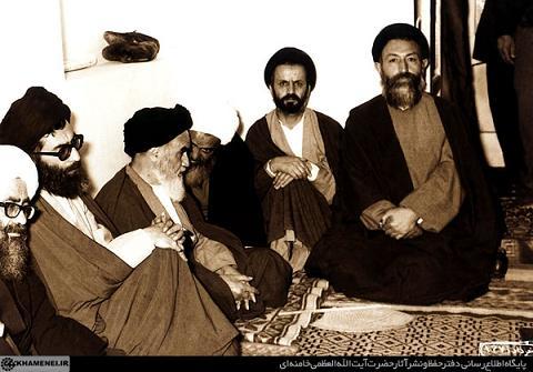 عکس امام خمینی امام خامنه ای و شهید بهشتی در یک جلسه