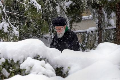 عکس والپیپر بسیار زیبا از رهبری در برف